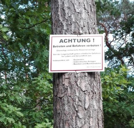 Warnschild_Achtung!Betreten-und-Befahren-verboten!Ehemalige-militärische-Kasernenanlage